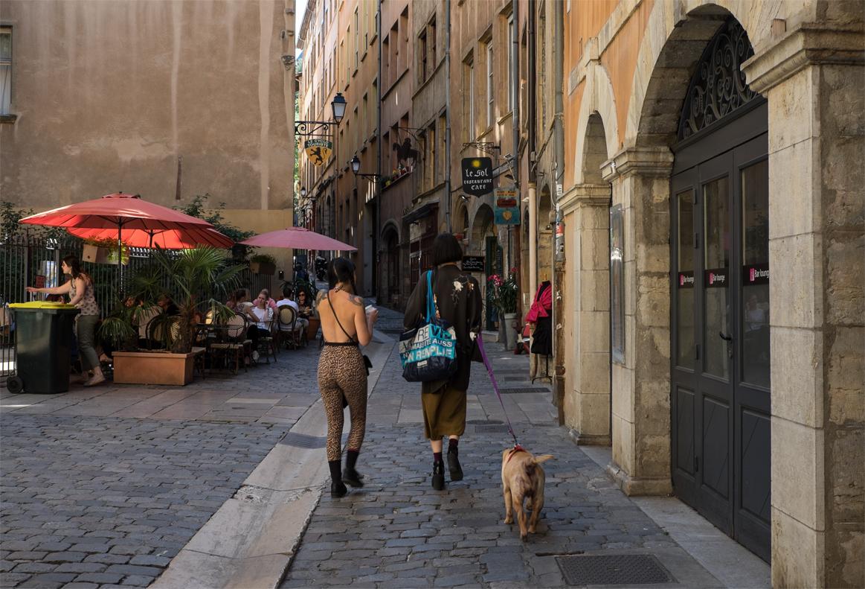 Junge Frauen in den Gassen von Lyon